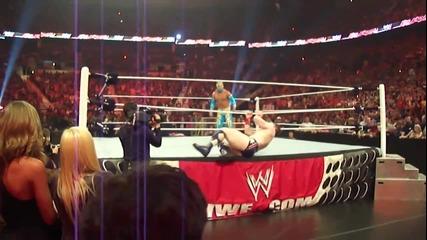 Sin Cara използва трамплин за да скочи на ринга