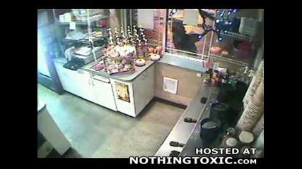 Крадец Се Опитва Да Проникне В Кафене
