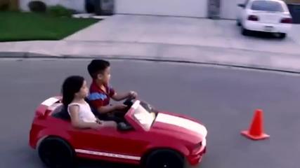 Вижте как този пич си вози мацката с колата