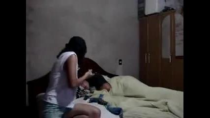 Момиче плаши гаджето си докато спи