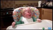 Бебок се хили много зарибено :)
