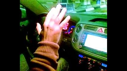 Vw Tiguan пакрира самичък на автомивка Европа