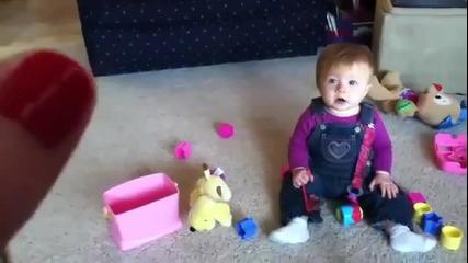 Това бебе ще се гръмне от смях :d