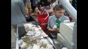 Руснаци си купуват бира - Вижте как платиха ! ( Много Смях )