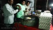 Уличен готвач докато приготвя омлет , не очакваше че станал и фокустник