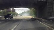 Камион минава на пълна газ под нисък мост.