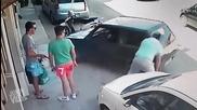 Пич си повдигна задната част на колата и я премести!