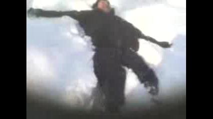 Тонци Скача В Снега