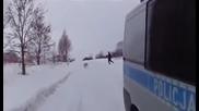 Полицаи гонят да хванат прасе на заснежена улица , смях