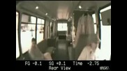Тъпа жена шофиор на автобус прави катастрофа,  видео на инцидента от пред