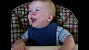 Бебе Се Смее Много Яко!