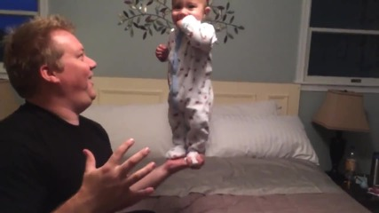 Баща балансира бебе