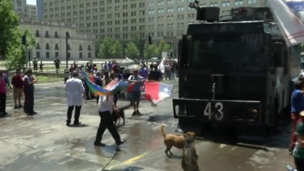 Chile: Water cannon unleashed on protesters demanding state wage hike