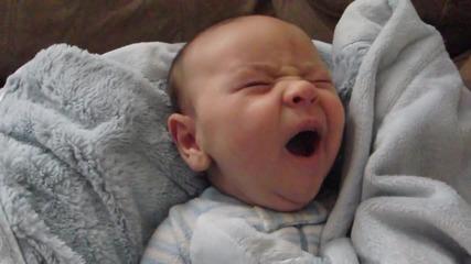 Бебе се събужда с всички познати му емоции