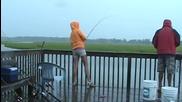 Вижте какво се случи, докато те ловяха риба!