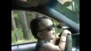 Малък пич шофира и сваля мадами