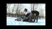 Две момичета със Simson в снега (смях)