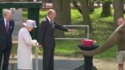 Кралица Елизабет нахрани слон