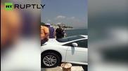 Жители на Истанбул спасяват кола на турист от падане в Босфора