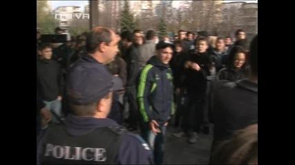 Арестуваха ученик в стачка във Варна за по - дълга ваканция