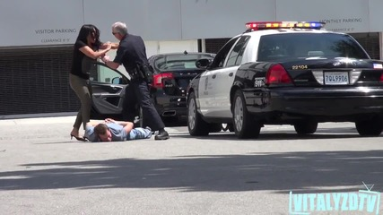 Полицай арестува Vitaly пред майка му - Шега