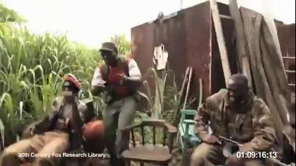 Луда маймуна с автомат стреля на посоки