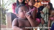 Малко Дете Пуши Като Старапечка