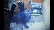 Камера заснема дързък обир на банкомат за минута!