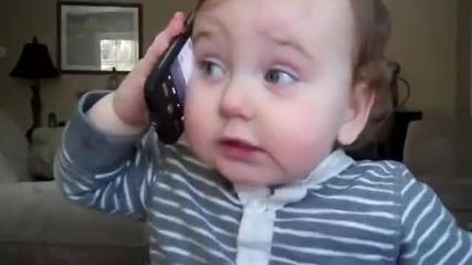 Бебе говори по телефонасмях