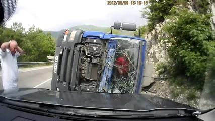 Камион се обръща на завой