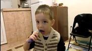 Крисчо си мие зъбките
