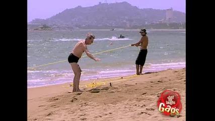 Момче плаши хора на плажа- Скрита камера