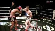 Мъж показва боксовите си умения