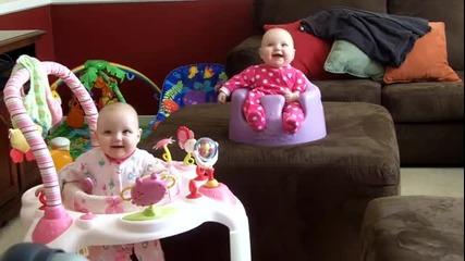 Сладки бебоци се смеят едновременно