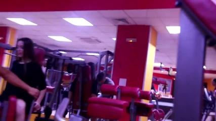 Сладко момиче издава странни звуци във фитнес залата