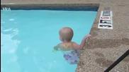 Бебе Плува Като Шампион ... Невероятно