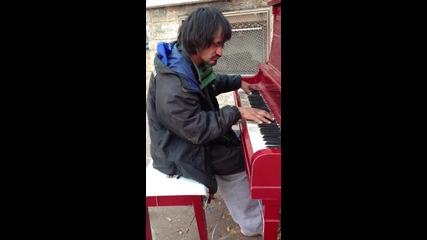 Бездомник свири на пиано свои композиции