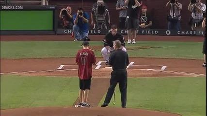 Сляпо момче направи първото си хвърляне на бейзбол