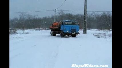 Луд дрифт с камион върху сняг