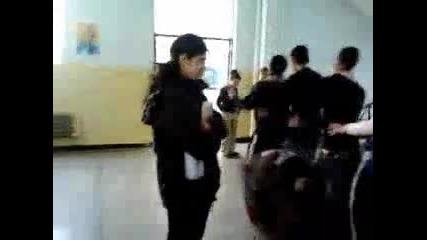 Танцът на пингвина в училище