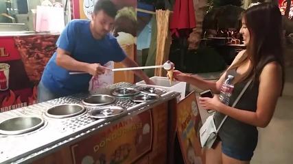 Продавач на сладолед се шегува с момиче