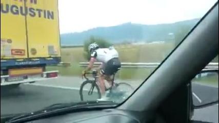 Колоездач кара с близо 100км/ч зад камион по магистрала Тракия