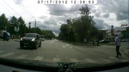Шофьор спира движението, за да помогне на възрастна жена да пресече улицата!