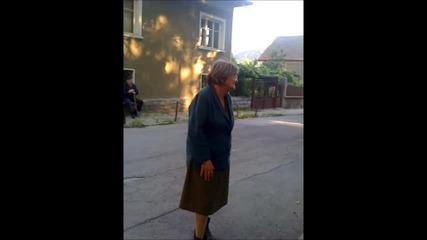 Лудо бабе се мисли за световна звезда и чака награда ...