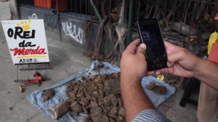 Brazil: Cow faeces salesman spices up street market in Rio