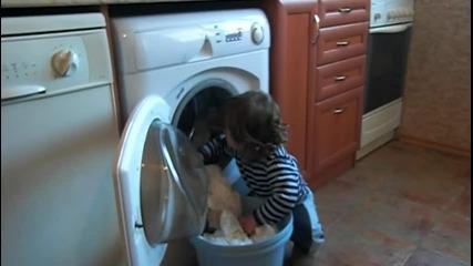 Криси помага с прането