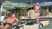 Смях!палава монахиня на плажа си търси шезлонг! Скрита Камера