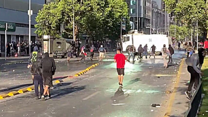 Chile: Water cannon used at anti-govt protest in Santiago