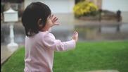Момиченце за първи път се любува на дъжда Kayden + Rain
