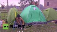 Бежанци пеят и танцуват, за да се стоплят на границата между Сърбия и Хърватия